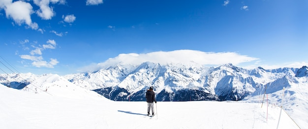 Panorama de esqui de inverno nos alpes