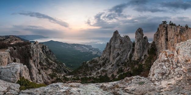 Panorama de grandes montanhas ao nascer do sol