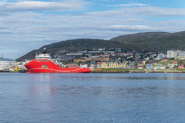 Panorama de hammerfest e um grande navio vermelho na costa do mar da noruega