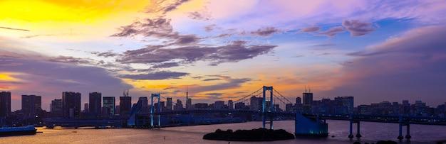 Panorama de japão da ponte de arco-íris da torre de tóquio
