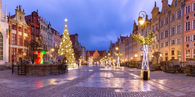 Panorama de long lane com a fonte de netuno e a árvore de natal no centro histórico de gdansk