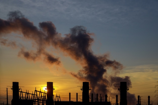 Panorama de manhã com vapor de uma estação de energia