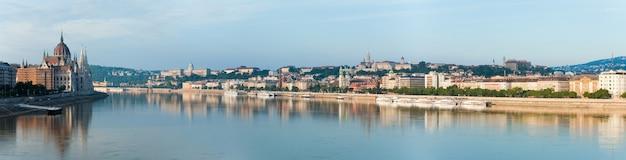 Panorama de manhã da cidade de budapeste. parlamento de budapeste à esquerda.
