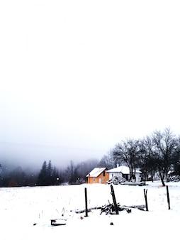 Panorama de montanhas de inverno com casas