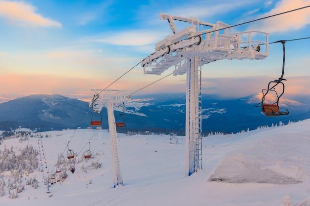 Panorama de montanhas de inverno com teleféricos