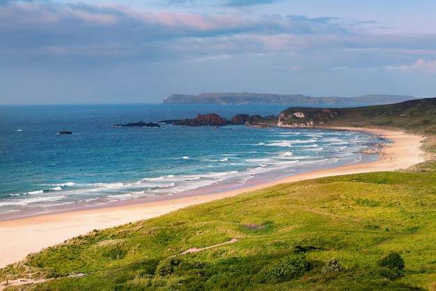 Panorama de white park bay, ballycastle, condado de antrim, irlanda do norte