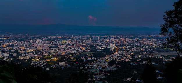 Panorama disparado da cidade de chiang mai, tailândia do ponto de vista. vista da paisagem urbana