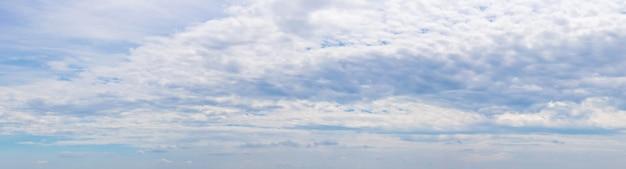 Panorama do céu azul com espessas nuvens brancas alinhadas