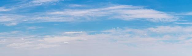 Panorama do céu azul com nuvens brancas alinhadas em uma fileira