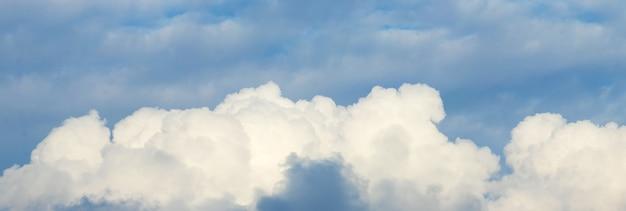 Panorama do céu azul com nuvens cúmulos brancas brilhantes