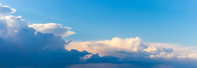 Panorama do céu azul noturno com nuvens claras e escuras