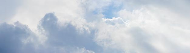 Panorama do céu coberto de nuvens claras Foto Premium
