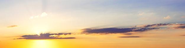 Panorama do céu colorido com nuvens durante o pôr do sol