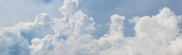 Panorama do céu com nuvens brancas em tons suaves de azul acinzentado