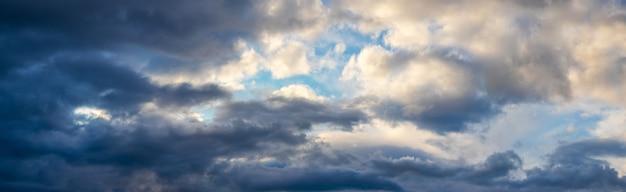 Panorama do céu com nuvens escuras de um lado e nuvens claras do outro