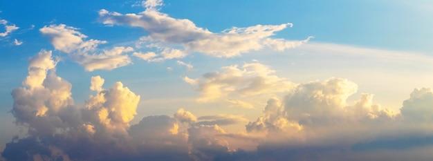Panorama do céu com nuvens pitorescas durante o pôr do sol