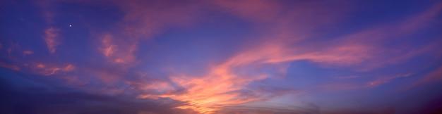 Panorama do céu e do sol ao anoitecer