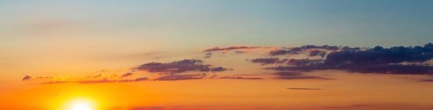 Panorama do céu pitoresco com nuvens durante o pôr do sol