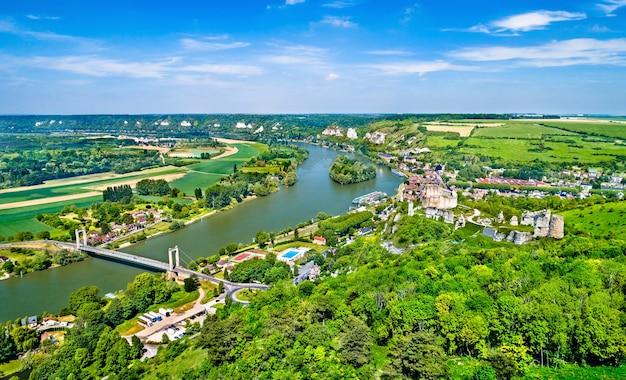 Panorama do chateau gaillard com o rio sena na comuna de les andelys - normandia, frança