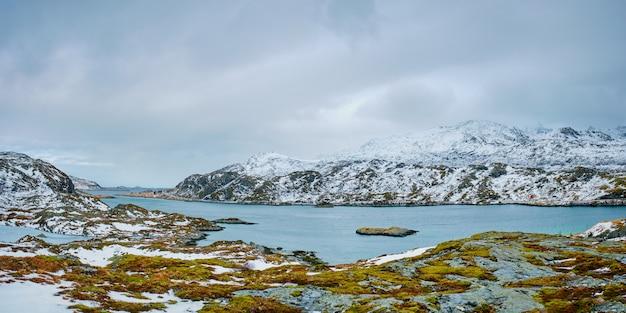 Panorama do fiorde norueguês, ilhas lofoten, noruega