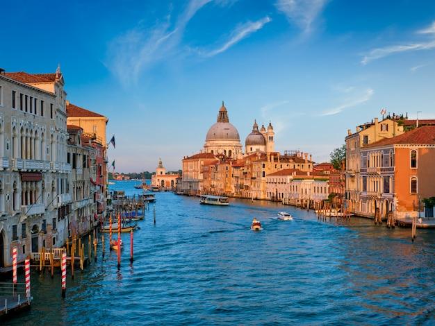 Panorama do grande canal de veneza e igreja de santa maria della salute no pôr do sol