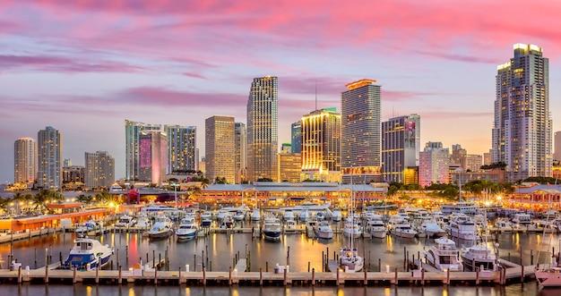 Panorama do horizonte da cidade de miami ao entardecer com arranha-céus urbanos, marina e ponte
