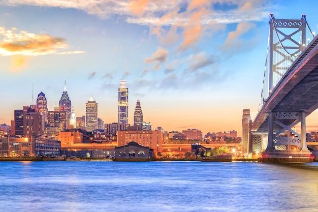 Panorama do horizonte da filadélfia, da ponte ben franklin e do pôr do sol em penn's landing