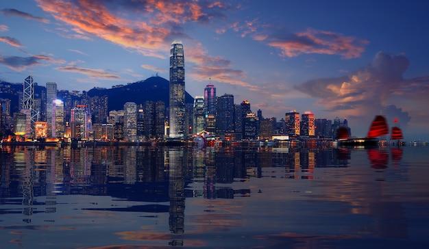 Panorama do horizonte de hong kong à noite com espaço vazio no asfalto