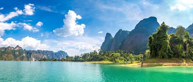Panorama do lago cheow lan no parque nacional khao sok, na tailândia