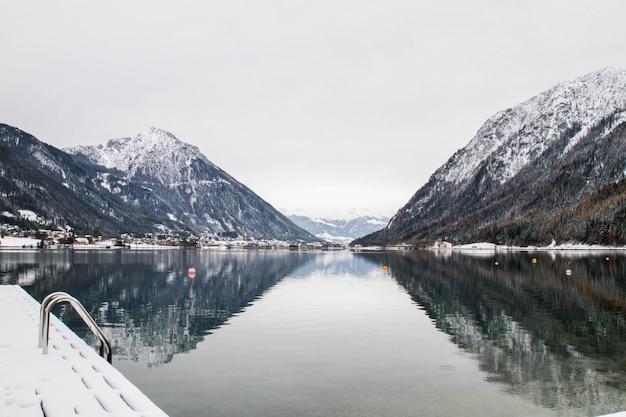 Panorama do lago e montanhas de inverno nos alpes