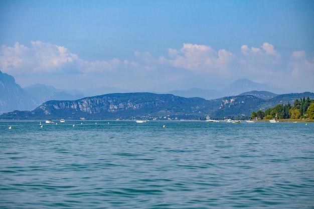 Panorama do lago garda em lazise, na itália durante o verão