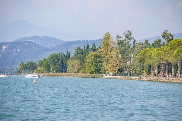 Panorama do lago garda em lazise, na itália, durante o verão