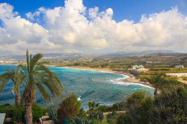 Panorama do mar até a costa com palmeiras