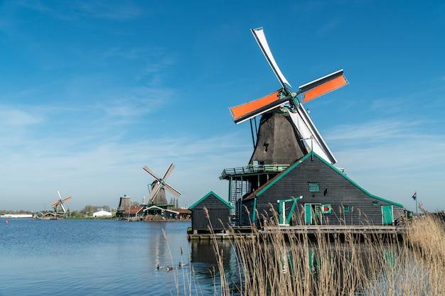 Panorama do moinho de vento na holanda