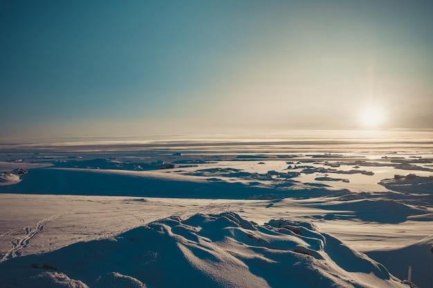 Panorama do nascer do sol brilhante da antártica.