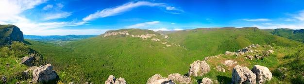 Panorama do país da montanha da crimeia da primavera com vale e a vila de sokolinoje (ucrânia). arredores do grande canyon da criméia. oito tiros costuram a imagem.