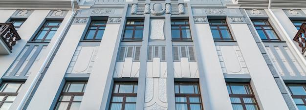 Panorama do pálido edifício cultural