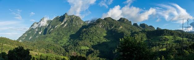 Panorama do pico da montanha de chiang dao