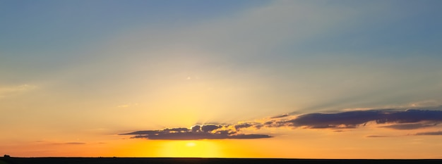 Panorama do pitoresco céu noturno durante o pôr do sol