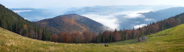 Panorama do planalto da montanha da queda da manhã e galpão da pecuária. oito fotos compostas de imagem. periferia de jaremche-town, região de ivano-frankivsk, ucrânia.
