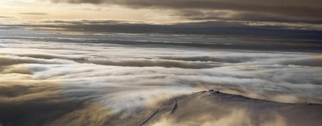Panorama do pôr do sol de inverno nas montanhas