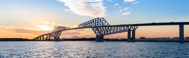 Panorama do pôr do sol de ponte de portão de tóquio