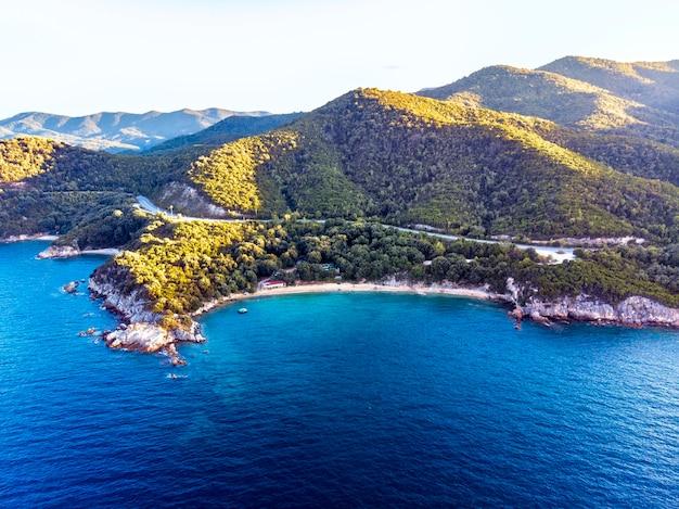 Panorama do pôr do sol em halkidiki com mar azul e montanhas, grécia