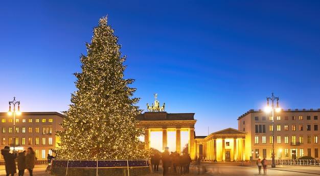 Panorama do portão de brandemburgo, em berlim, com árvore de natal