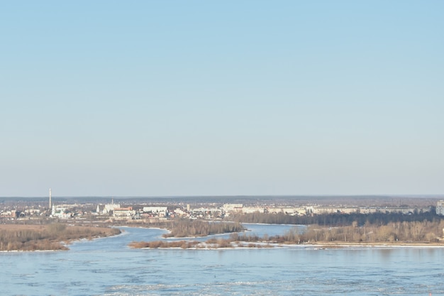 Panorama do rio volga na primavera