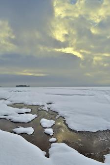 Panorama do rio volga no inverno