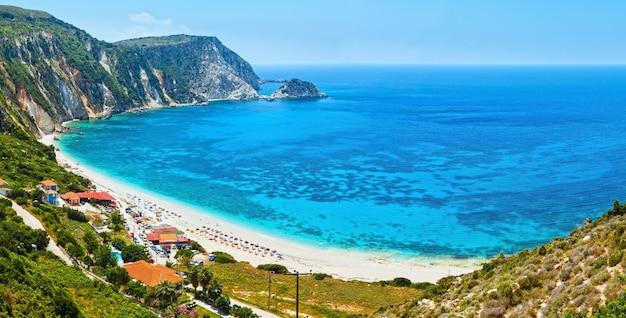 Panorama do verão da praia de petani kefalonia, grécia. todas as pessoas não são reconhecidas.