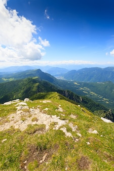 Panorama dos alpes italianos, topo de uma montanha, cima larici asiago