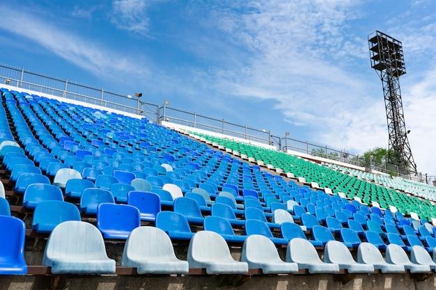 Panorama dos assentos de linha vazia do estádio no lugar ao ar livre antes de shows