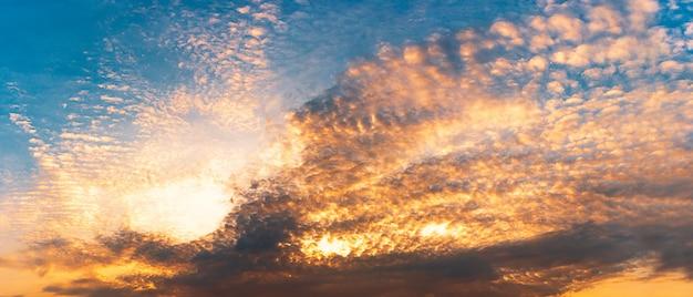 Panorama dourado hora céu e nuvens de fundo